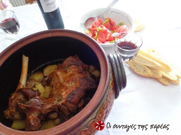 Μπουτάκι αρνίσιο με πατάτες στη γάστρα #sintagespareas #kreas #arnimepatates #arnakistigastra