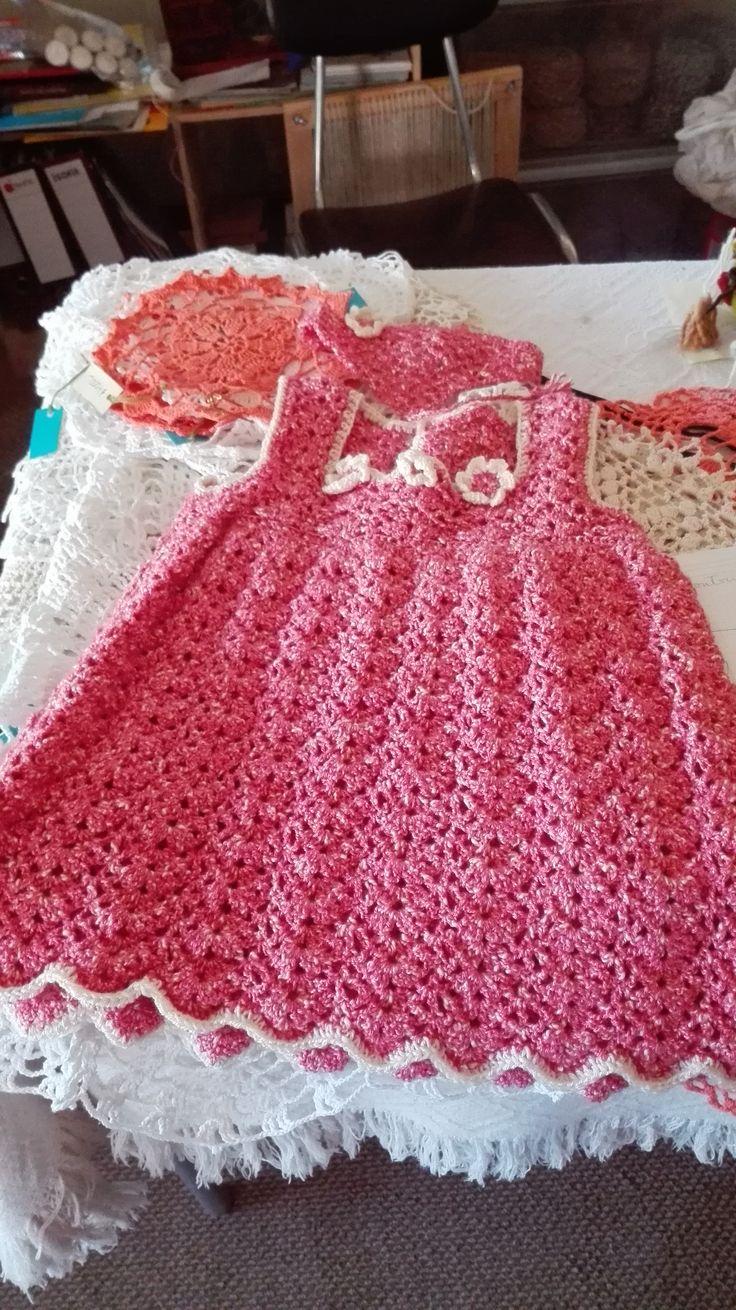 Vestido de niñita para tres años tejido a crochet.