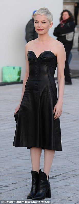 Michelle Williams sizzles in leather bustier gown at PFW | Daily Mail Online