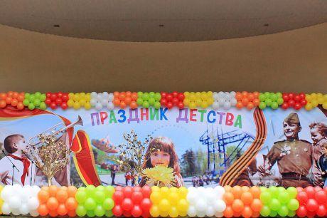 Качественное оформление сцены шарами и баннерами