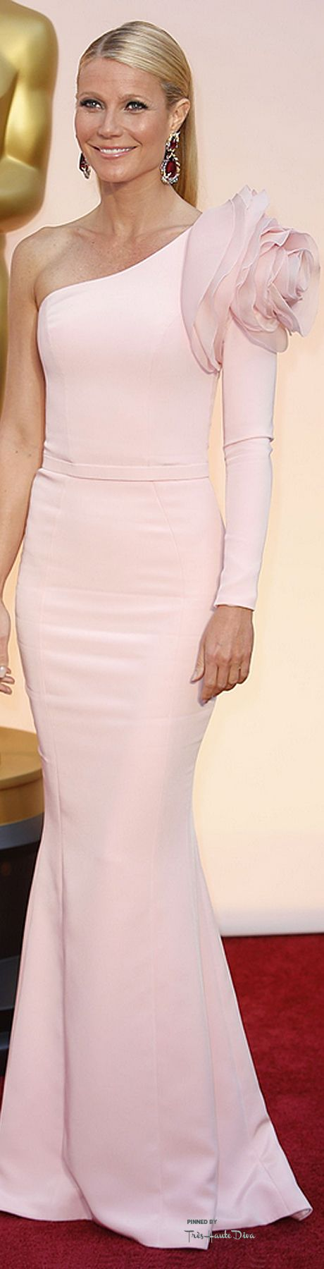 "#Oscars 2015 Gwyneth Paltrow in Ralph & Russo Never saw Gweynth look more radiant! Gorgeous dress! The ""yards of pink"" worked well for her!"