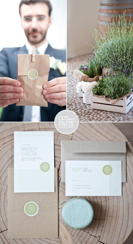 erbe arometiche e lavanda nelle cassette in legno sbiancate, partecipazioni con stickers