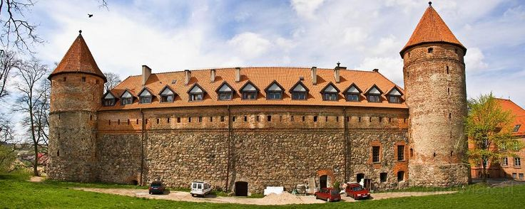 Zamek krzyżacki w Bytowie wzniesiony w latach 1398–1406 pod kierunkiem Mikołaja Fellensteina. Obecnie - Muzeum Zachodniokaszubskie oraz hotel z restauracją i biblioteką.