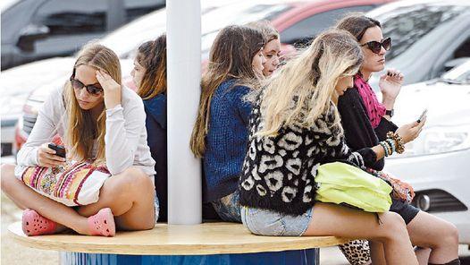 Escena habitual. Un grupo de personas que no se comunican entre ellas, sino con sus celulares. Así se pierde el valor de la gestualidad, dice Dunbar.  http://www.revistaenie.clarin.com/ideas/Robin-Dunbar-cientos-amigos-solos_0_1505249472.html