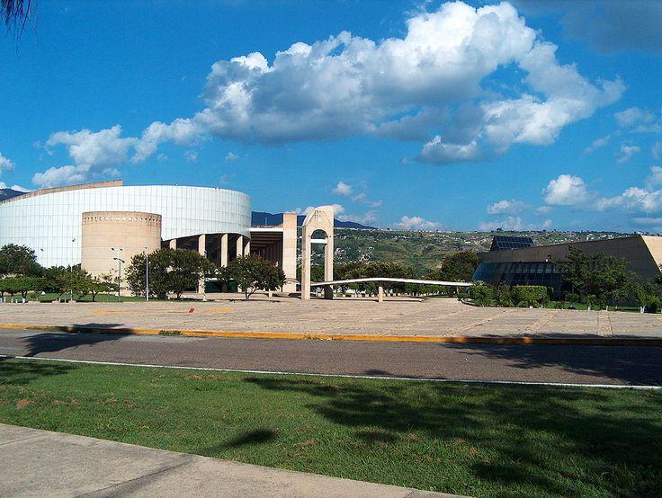 No lado esquerdo está o Poliforum Mesoamericano. Lado direito: Centro de Convenções de Chiapas. Tuxtla Gutiérrez, capital do estado de Chiapas, México.  – Wikipédia, a enciclopédia livre.