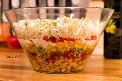 Warstwowa sałatka gyros…nie dość, że ładnie się prezentuje to jeszcze doskonale smakuje. Wbrew pozorom sałatka jest łatwa i prosta w przygotowaniu, więc to idealna propozycja dla niezapowiedzianych gości.