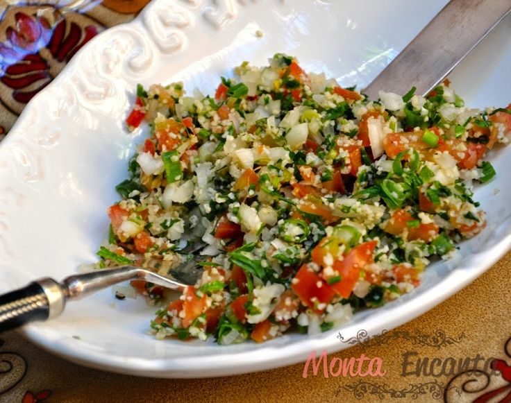 Tabule Salada Síria Uma salada libanesa, freqüentemente degustada como aperitivo, servida com torradinhas de pão pita ou ainda como uma entradinha. Basicamente leva trigo para quibe, tomate, cebol…