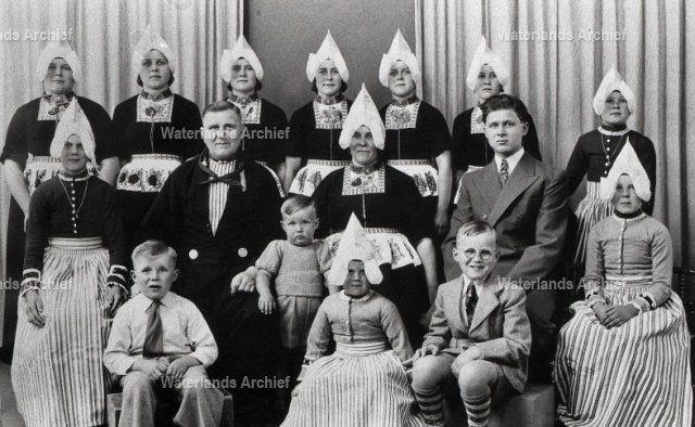 Sijmen (Sijmen Sikkes), eendenhouder, Klompenverkoper 1904-1970. Gehuwd in 1928 met Huibertje Tol 1905-1988. Kinderen: Stijntje 1929-2005; Fredrik 1930-2003; Johanna M 1932-1999; Maartje 1933-; Catharina M 1936-2005; Maria A 1937-; Geertruida M 1939-; Huberta M 1940-; Johanna M 1941-; Cornelia M 1942-; Bernardus AM, timmerman 1945-2000; Teunis M, metselaar 1947-; Johanna M 1948-; Simon HM, schilder 1950-. #NoordHolland #Volendam