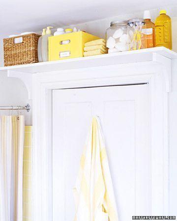 As coisas do banheiro que você não usa com tanta frequência podem ser guardadas em uma prateleira em cima da porta. Especialmente útil para banheiros pequenos.