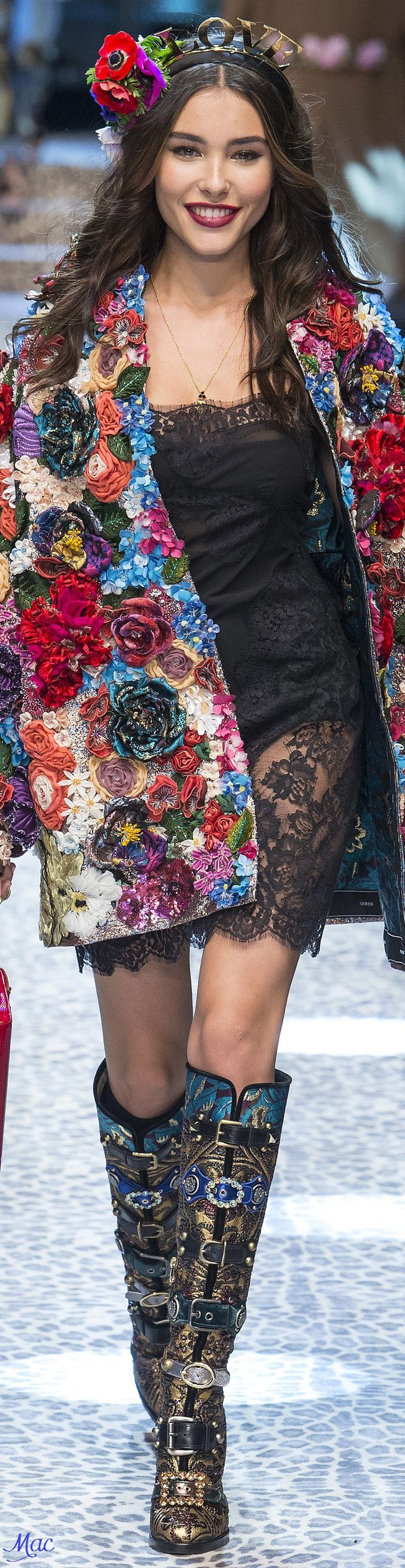 Outfits & Accessoires Veste à fleurs top color. Robe fine à dentelle noire.  Dolce & Gabbana 2017.