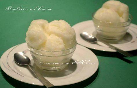 Il sorbetto al limone è un fresco dessert ideale per le calde giornate estive, facile, veloce e apprezzato da tutti, servito tra portate di carne e pesce.