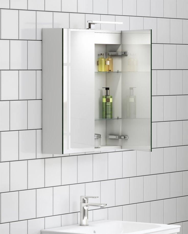 Spegelskåp från Artic med integrerat eluttag och LED-belysning.