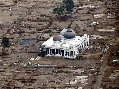 Aceh : Masjid Rahmatullah, Lampuuk – Lhoknga, Aceh Besar sekitar 30 menit perjalanan dari Pusat Kota Banda Aceh.