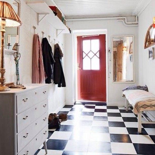 Прихожая #прихожая #стиль #плитка #свет #дизайн #дизайнер #дверь #окно #полка #комод #цвет #белый #черный #красный #скамья #стены #interior #design #designer #style