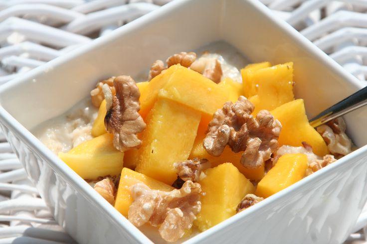 Havermout met mango en walnoot is een goed begin van de dag.