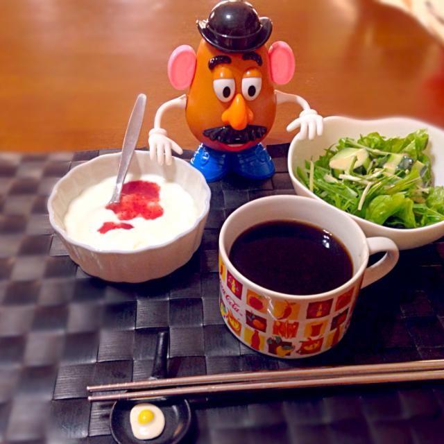 今朝の自宅にモーニング☕️ - 76件のもぐもぐ - 水菜グリーンサラダ&ストロベリーヨーグルト by manilalaki