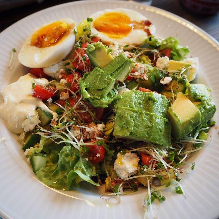 Ja takk til salat med alt det beste  Spirer og fetaost gir det lille ekstra. Og selvfølgelig en god balsamico og olivenolje på toppen!