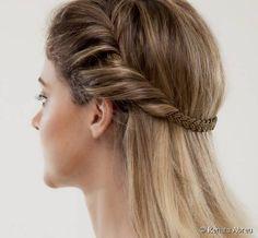 Penteado fácil e rápido: siga o passo a passo e veja como a criar um visual com estilo grego usando uma tiara super romântica