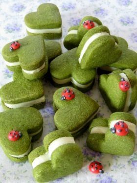 Green heart-shaped cookies with lady bugs. The webpage is in Japanese. Translation please!!