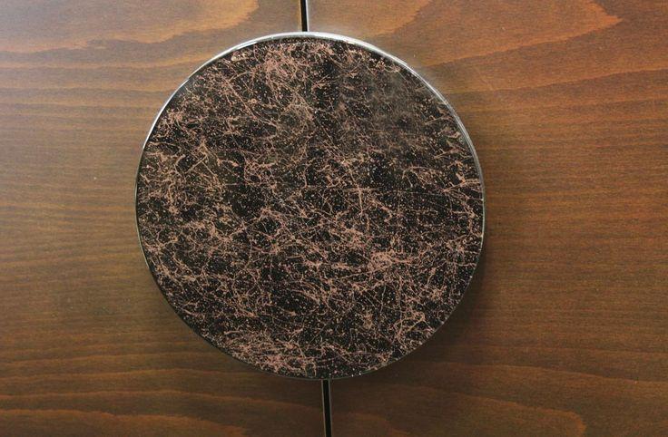 Σετ τραπεζαρίας κατασκευασμένο από φυσικό ξύλο καρυδιάς που αποτελείται από:Τραπέζι διαστάσεων 1,70χ1,00 με ένα φύλλο προέκτασης 45cm.Το καπάκι του τραπεζιού είναι διακοσμημένο με μαρκετερί από φυσικό ξύλο έβενου.Μπουφές διαστάσεων 2,10χ0,50χ0,90 που συνοδεύεται από έναν καθρέπτη διαστάσεων 1,10χ1,10Στο κέντρο του μπουφέ βρίσκεται ένα μεγάλο δίφυλλο ντουλάπι με ξύλινο πόμολο το οποίο διακοσμήται από γυάλινη επιφάνεια.