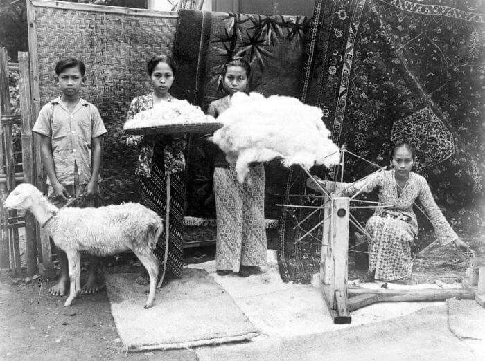 Para pekerja sedang menunjukkan tahapan pembuatan benang, dari bulu domba menjadi benang, Jakarta 1947