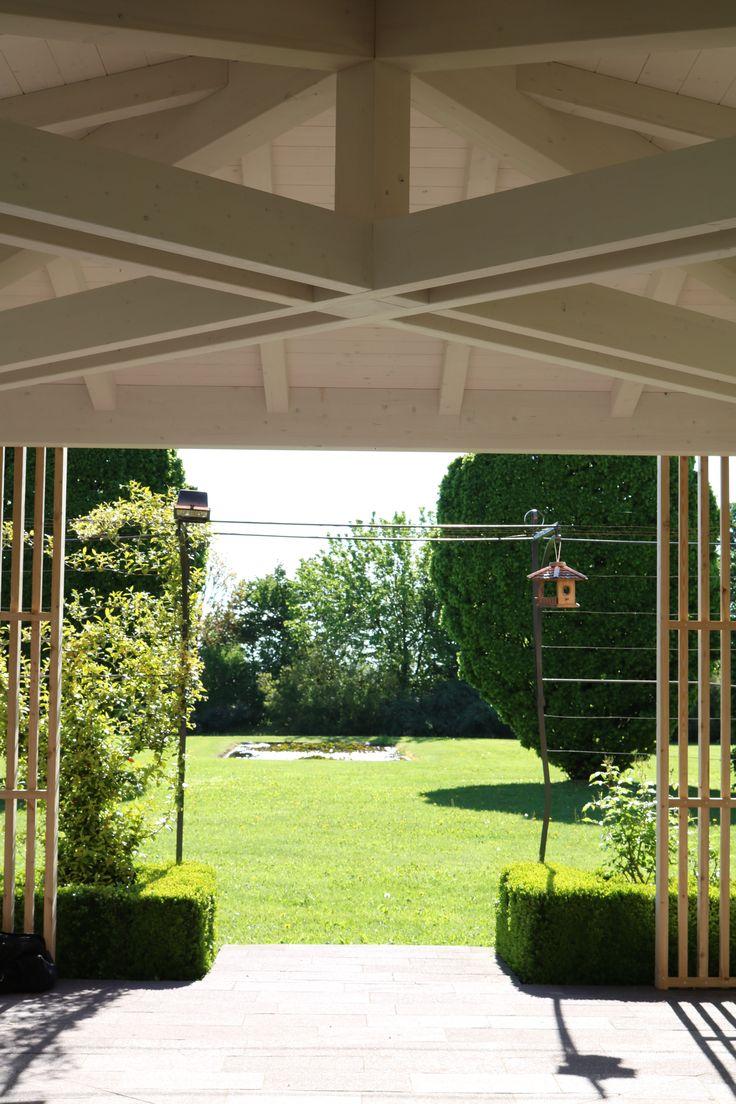 Struttura in legno lamellare di abete con capriata incrociata e brise soleil in legno di larice naturale -