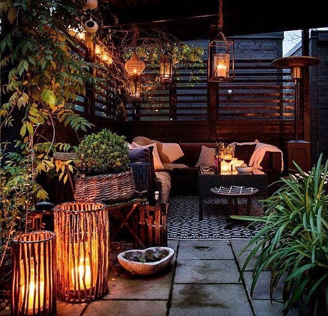 Les lanternes, qu'elles soient solaires ou à bougies, permettent de créer facilement une ambiance cosy dans un jardin à la tombée de la nuit. D'autres exemples d'éclairages faciles pour l'extérieur : http://www.amenagementdujardin.net/13-idees-declairage-exterieur-a-creer-soi-meme/