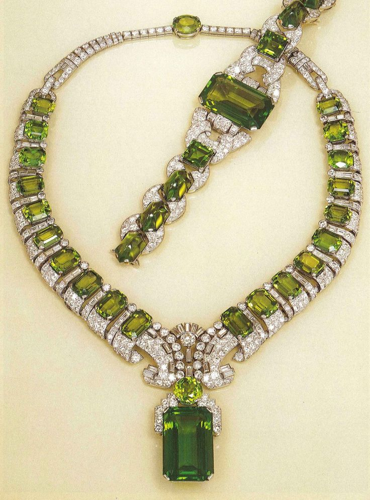 Important Art Deco peridot and diamond necklace with a matching bracelet, by Cartier London, circa 1936. #Cartier #ArtDeco #necklace #bracelet