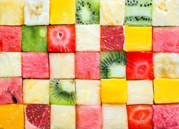 シームレスな背景パターンとメロン、スイカ、バナナ、パイナップル、イチゴ、キウイ フルーツ、グレープ フルーツと幾何学的なパターンに配置カラフルなさいの目に切ったトロピカル フルーツ キューブ テクスチャ ロイヤリティーフリーフォト、ピクチャー、画像、ストックフォトグラフィ. Image 27620001.