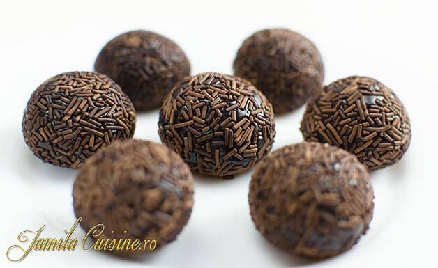 Aceste bomboane Brigadeiro se fac din lapte condensat indulcit, cacao si putin unt, ingrediente care se fierb pana ce compozitia se ingroasa.