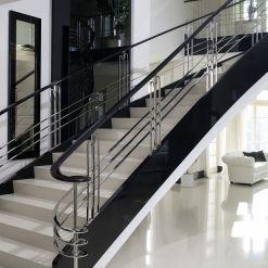 www.trabczynski.com ST655 Schody na łukowej wylewce betonowej. Policzki i poręcze wykonane z dębu malowanego na czarno na wysoki połysk, wypełnienie balustrady ze stali szlachetnej szlifowanej na wysoki połysk. Realizacja w domu prywatnym, projekt – TRĄBCZYŃSKI