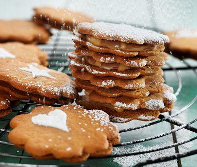 Gör två favoriter till en, pepparkakor och dumlekola blir tillsammans en pepparkakskolasandwich.  Bäst av allt är att du blir klar i ett litet nafs.  Följ det enkla receptet och avsluta gärna med att pudra godsakerna med florsocker och lägg upp på gottebordet till jul.