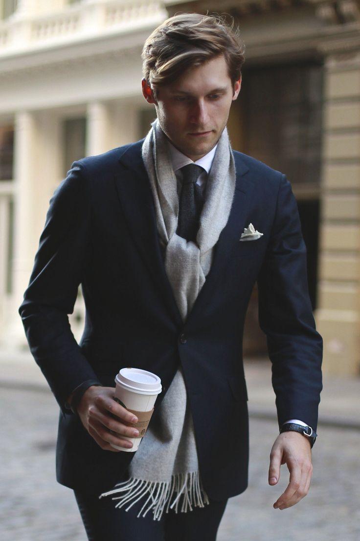 ネイビースーツ着こなし,グレーマフラー,navy blue suit