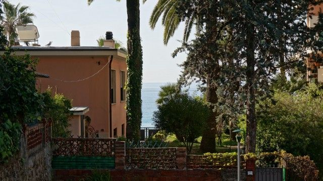 #rivierahomeholidays - #sanremo, #mazzini. 3 bedroom apartment, placed in a totally renovated building, sunny and quiet. Well served by public transport, beaches, bicycle path,restaurants reachable by foot! €260,000 #propertyitaliancoast #apartmentitaliancoast