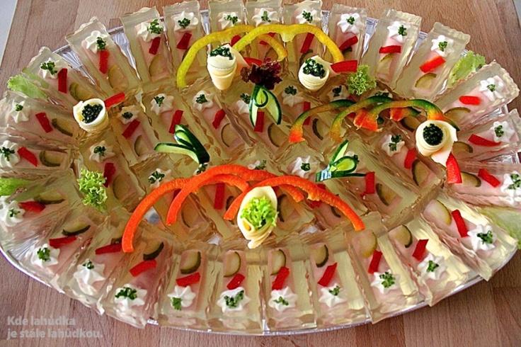 bramborový salát, vepřová šunka (sleď), aspik, přeliv, kapie, okurka, kudrnka