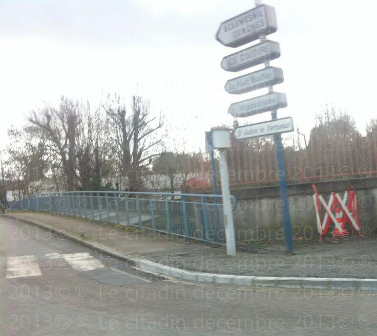 Enfin fini c'est travaux de bouche d'égout près la fontaine place Verdun à Bernay...