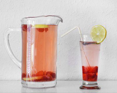 Ľadový čaj z medovky, jahôd a s citrónom