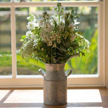 Een melkkan met witte bloemen #Garden #Flower #Milk #Churn