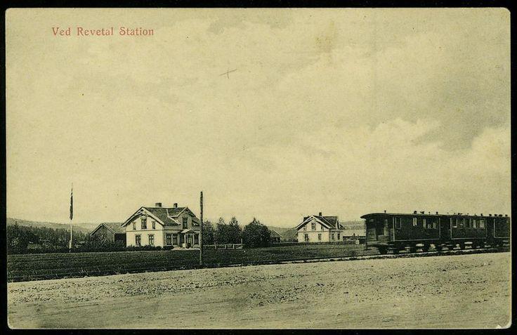 Vestfold fylke jernbane REVETAL STATION (VF), VED REVETAL STATION med togvogner utg Olafsen Bog-& Papirhandel, Tønsberg. Eneberettiget 1910