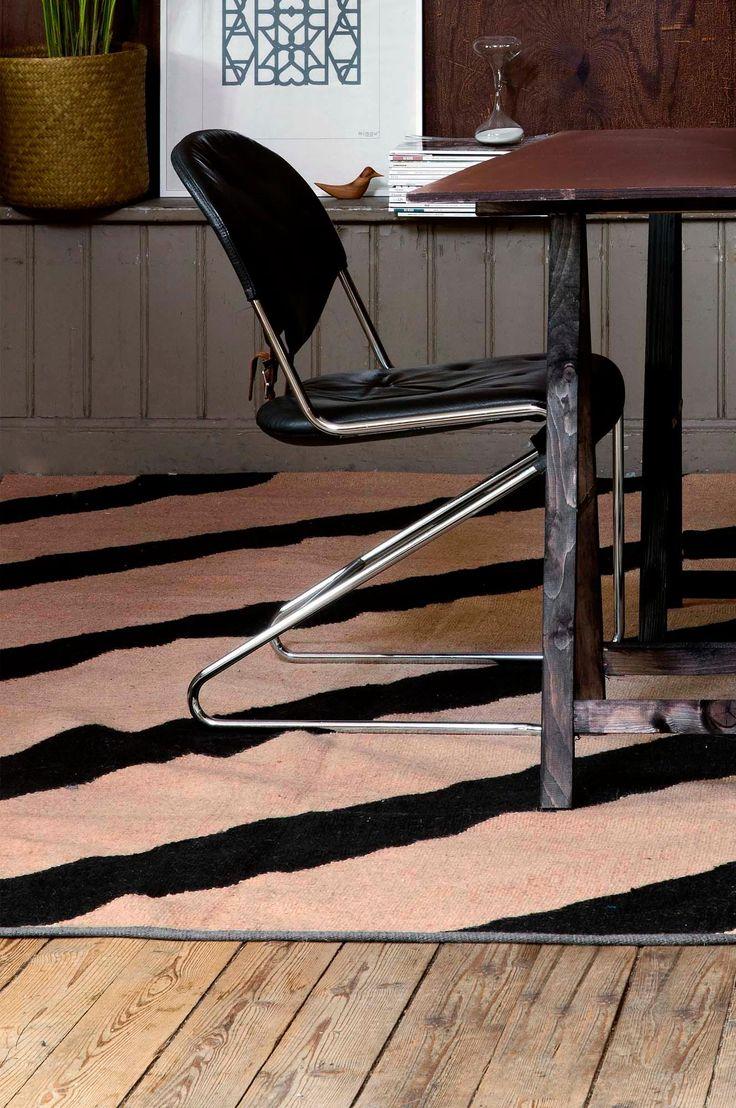 Matta som är vävd för hand i jute. Det grafiska randiga mönstret på diagonalen har oregelbundna linjer som ger ett vilsamt uttryck. Mattan har en avvikande grå kant som avslut. Jute är ett återvinningsbart och biologiskt nedbrytbart naturmaterial som passar bra till mattor tack vare sin slitstyrka. En matta i jute ger rummet en ombonad, naturlig känsla. För ökad säkerhet och komfort, använd halkskyddsmatta som håller din matta på plats. Halkskyddsmattan finns i flera olika storlekar. 100%…