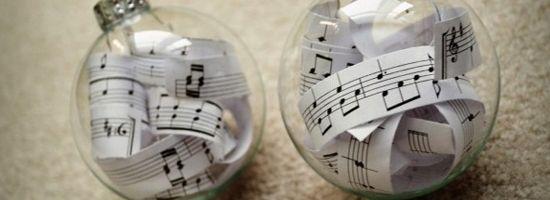 Pallina di Natale trasparente con all'interno delle strisce di spartiti musciali, ottima idea regalo per chi ama la muscia #palline #natale #musica #idea #regalo