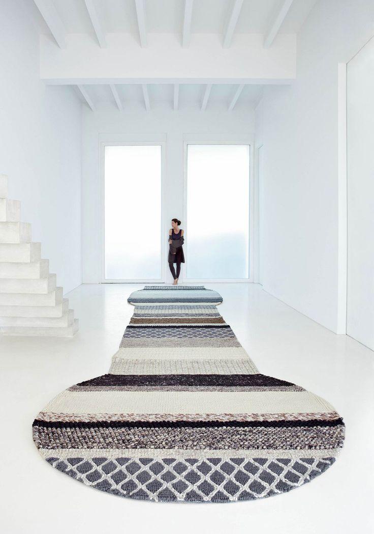 NOI IDEI pentru interiorul tău! Colecția de covoare MANGAS se traduce ca (mânecă - рукав) de aici și formele deosebite; fabricate din lână naturală. Colecția designerului spaniol Patricia Urquiola. _______________________ DESIGN SOLUTIONS S.R.L. Servicii de design interior www.designsolutions.md +373 60 808 606 #design #interior #designinterior #chisinau #designsolutions
