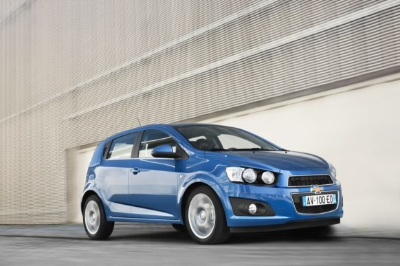 Looks like there will be a blue chevy Sonic. I hope someday I can own one... and give it those funky white and red tires!