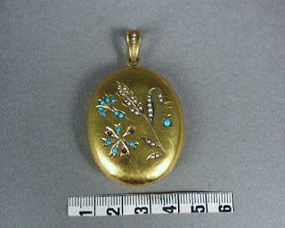 Susen Rydbergs medaljong innehöll en hårlock från Viktor och ett foto.