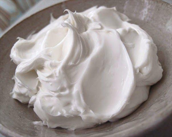 """Δενυπάρχεικαλύτερησυνταγήγια βουτυροκρεμα!  Δοκιμάστετη και θα μεθυμηθείτε,    Τι χρειαζόμαστε:  1 φλυντζανι μαργαρινη  4 φλ.ζάχαρη άχνη, κοσκινισμένη  2 κ.σ. γάλα ή νερό  1 κ.γ. βανίλια  1 πρέζα αλάτι  1 μια πρέζα κρεμόριο (""""ξινό""""),    Χτυπάμε τη μαργαρίνη και προσθέτουμε το κρεμοριο τη ζάχαρη, το γάλα και τη"""