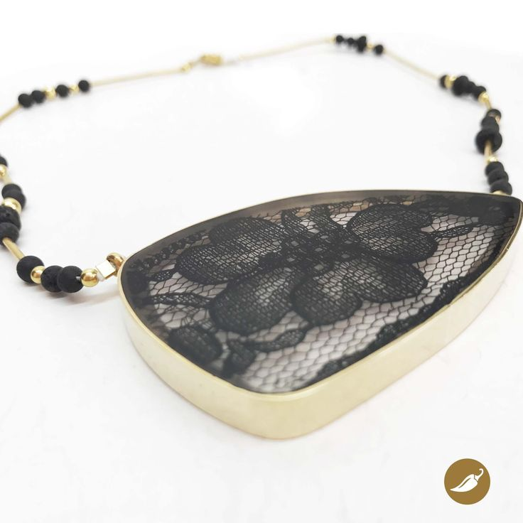 Collar  de bronce, resina y encaje, diseñado por Monoco para Ají, Diseño Imprescindible. www.tiendaaji.cl