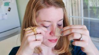 Les points noirs apparaissent le plus souvent sur le nez. Et ils ne sont franchement pas esthétiques ! En général, on s'en débarrasse en les perçant avec les ongles, ce qui laisse de vilaines marques. Ou en appliquant une bande collante sur le nez. Au lieu d'aller chez l'esthéticienne ou......