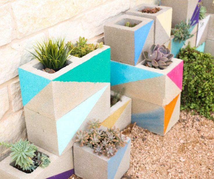 jardinière en béton à faire soi-même en parpaing peint- idée pour les plantes succulentes