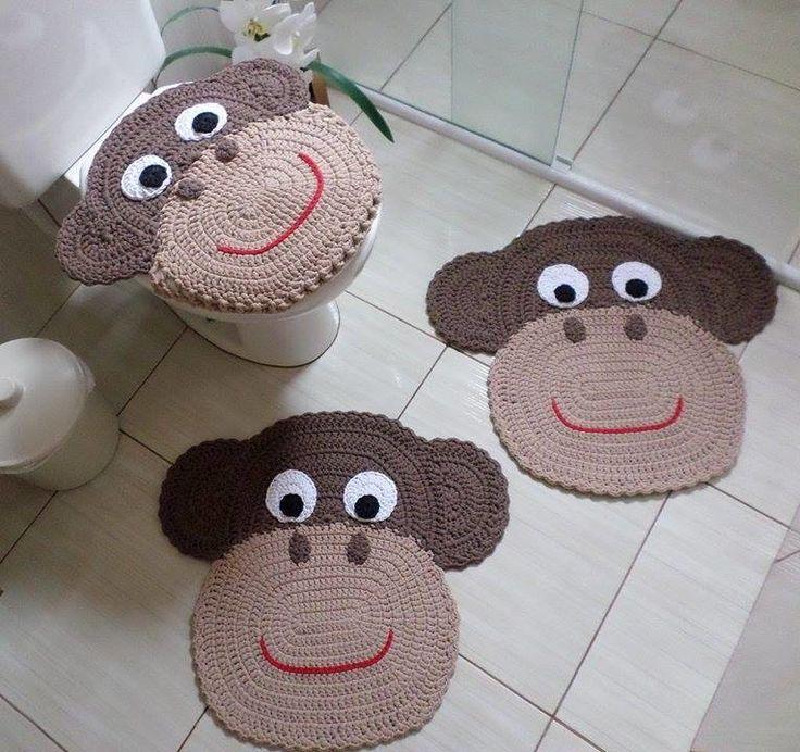 Jogo de banheiro macaco 3 peças confeccionado com Tiras de Tecidos (trapilhos). <br>1 tampa vaso (tamanho universal) <br>2 tapetes: 0,59cm x 0,58cm <br>Cor: Bege e Marrom
