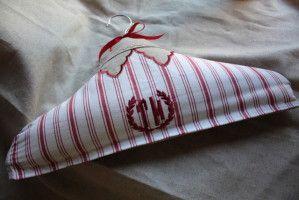 Coucou ! Voilà ! Comme promis, voici mon tuto pour réaliser le cintre en tissu(s). Rien de plus simple ! Il faut: un cintre en bois, des tissus, un crayon marqueur, du carton, du fibre de rembourrage, fil, aiguille... Commencez par prendre votre cintre...